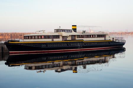 schönes Boot auf dem Fluss noch plavaniie Standard-Bild