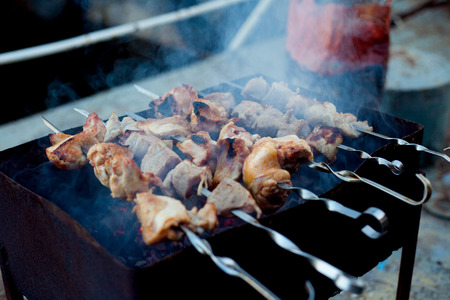Background of crispy grilled meat and onion kebabs risknut  stil zhizni photo