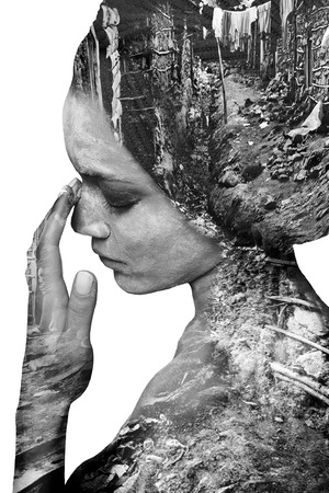 exposición: Doble exposición de la muchacha hermosa y Hojas del árbol blanco y negro