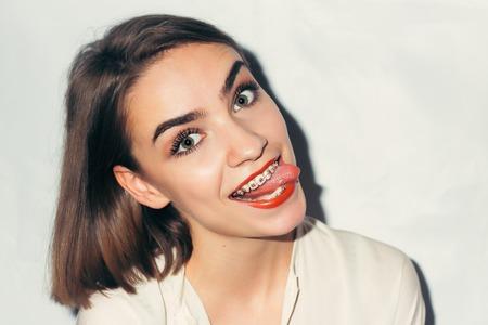 Jonge vrouw portret met tandsteunen natuurlijke Stockfoto