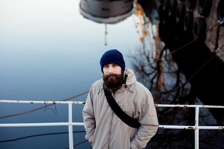 Städtischer Mann vor der Kamera posieren.