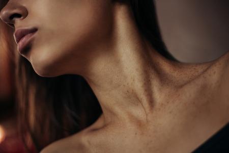 sexuel: concept de la beaut� naturelle. Portrait de la belle jeune femme avec une peau saine parfaite, cheveux brillants et maquillage naturel. Fermer. studio, coup Banque d'images