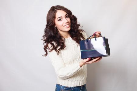 belle brunette: Belle jeune fille souriante avec des sacs-cadeaux