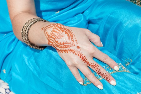 mehandi: Indian pattern on the hand, henna. INDIAN NATIONAL COSTUME Stock Photo