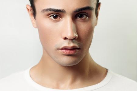 Portrait de beau jeune homme. brunette, t-shirt, blanc, t-shirt, clair, fond, utilisé, propre, peau, projectile studio, beauté