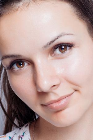 jeune fille adolescente nue: Jeune femme beauty portrait. make doux naturel maximum. Beauty Woman Portrait visage. Beau mod�le Spa Fille avec Perfect fra�che et propre peau. brunette femme regardant la cam�ra Jeunesse et Skin Care Concept.