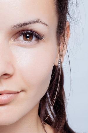 jeune fille adolescente nue: Jeune femme beauty portrait. make doux naturel maximum. Beauty Woman Portrait visage. Beau modèle Spa Fille avec Perfect fraîche et propre peau. brunette femme regardant la caméra Jeunesse et Skin Care Concept.