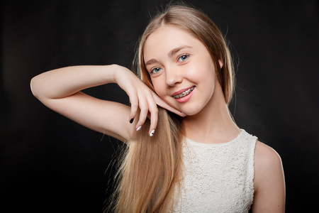 health, people, youth, dental and beauty concept - Portrait of teen girl showing dental braces. Standard-Bild