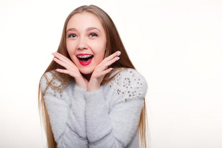 치아, 감정, 건강, 사람들, 치과 의사와 라이프 스타일 개념 - 건강, 아름 다운 미소, 치과 의사 .Portrait 어린 소녀 orthodontic 기기입니다.