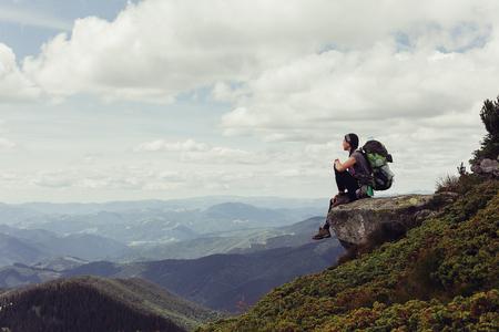 Tourismus, Berge, Lebensstil, Natur, Personen-Konzept - Mädchen in Bergen Bergsteigen Reisen Lifestyle-Konzept Landschaft im Hintergrund Urlaub Abenteuerreise im Freien, Mensch und Natur.