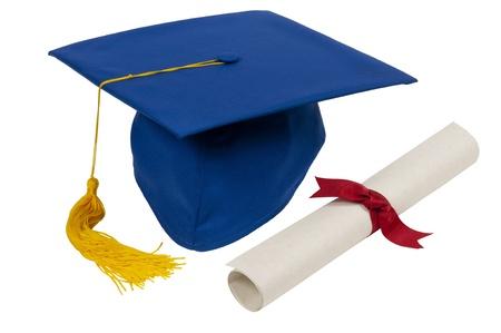 mortero: Sombrero de la graduación con la borla azul y amarillo diploma con la cinta roja aislada en blanco