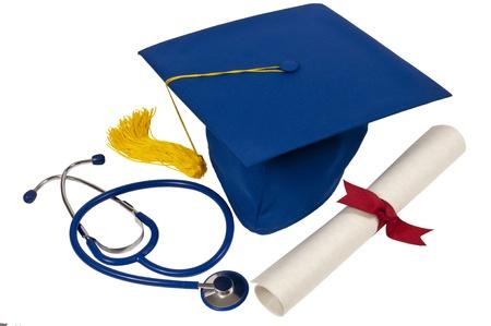 licenciatura: Sombrero azul de la graduaci�n con la borla amarilla, diploma con la cinta roja y un estetoscopio azul que muestra a alguien que acaba de graduarse de la escuela de medicina aislado en blanco