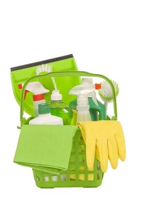 productos de limpieza: Cesta de productos de limpieza ambientalmente seguros verdes con guantes de goma amarillos tiro vertical aislado en blanco disparo Studio