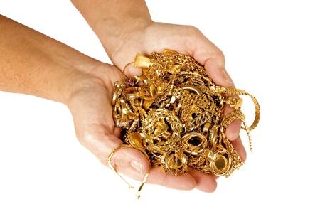 metallschrott: Eine gro�e Handvoll Goldschmuck bereit, f�r Geld zu verkaufen. Isoliert auf wei�. Studio erschossen.