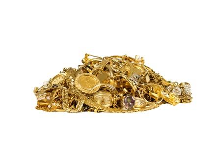 硬貨の金の宝石類、ネックレス、リングの大きい山の時計、鎖および他の金貨スタジオ分離された白い背景で撮影