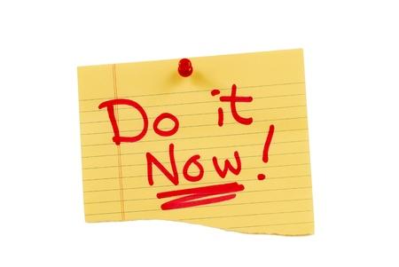 Note jaune épinglée pour vous rappeler que vous avez besoin pour faire le travail maintenant Pas plus tergiverser Isolé sur fond blanc Banque d'images - 17223501