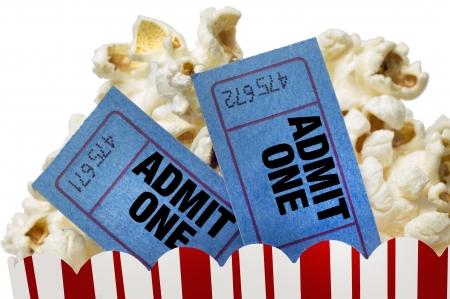 palomitas de maiz: Entradas de cine y palomitas de ma�z aislados en el fondo blanco