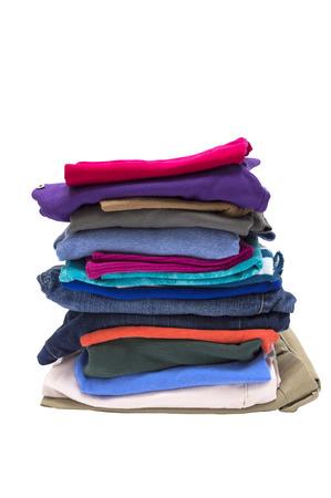 ropa casual: Gran pila de plegado Shot ropa cerca aisladas sobre un fondo blanco
