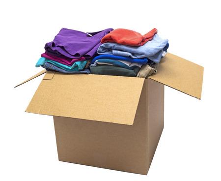 앞에서 흰색 초점에 고립 된 각도로 상자 샷에서 접힌 옷