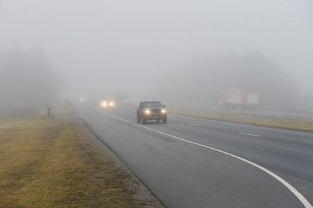 Brouillard lourds sur l'autoroute Banque d'images - 32567678