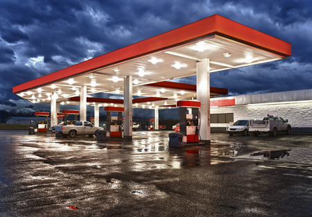 fuelling station: Gasolinera Tienda  High Dynamic Range fotografía  Todos los logos que identifican y marcas comerciales se han eliminado, y el esquema de color original estación? S ha sido reemplazado. Foto de archivo