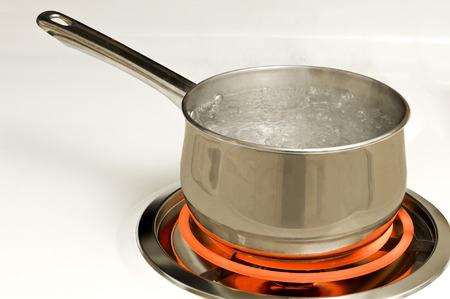 熱い電気バーナーの水の沸騰ポット 写真素材