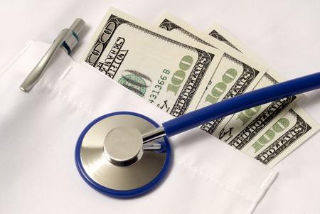 estetoscopio: Close Up Disparo Mostrando alto costo de la asistencia sanitaria y médica