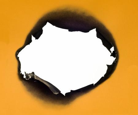 papel quemado: Los bordes quemados Enmarcado en papel de oro sobre fondo blanco