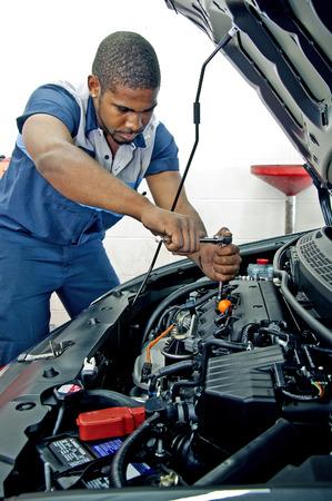 mecanico: Confiado Fuerte mecánico que trabaja en coche