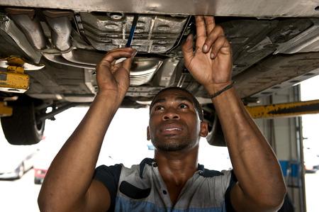 afroamericana: Mecánico Confiado lindo Mirar por encima del Vehículo