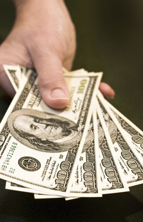 accident rate: Entrega de billetes de cien d�lares para pagar Compra Foto de archivo