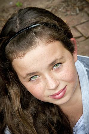 eyes green: Chica con hermosos ojos verdes que mira para arriba a la c�mara