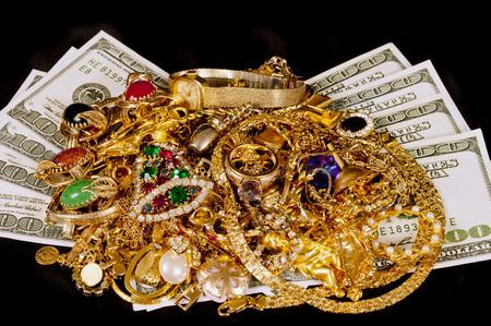 Gouden sieraden met geld op Zwarte Achtergrond Stockfoto
