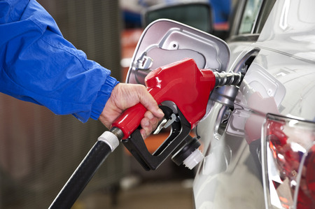 gasolinera: Gas de bombeo en la gasolinera