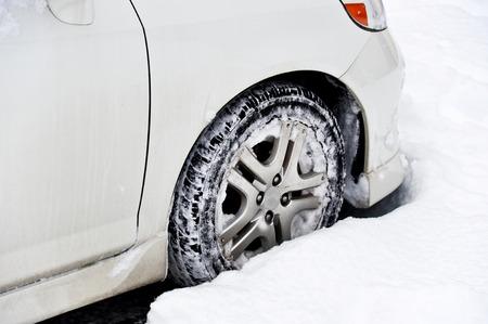 Auto vast in de sneeuw