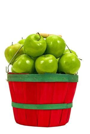 manzana verde: Cesta llena de manzanas verdes escogidas frescas aislado en blanco