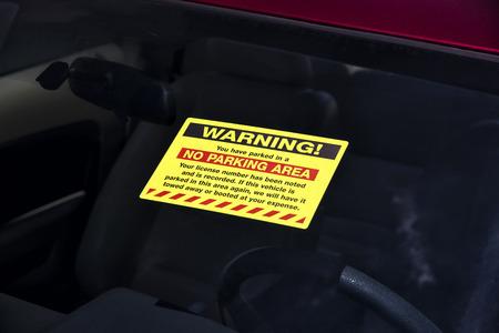 violation: Violación de estacionamiento parabrisas Etiqueta Horizontal Foto de archivo