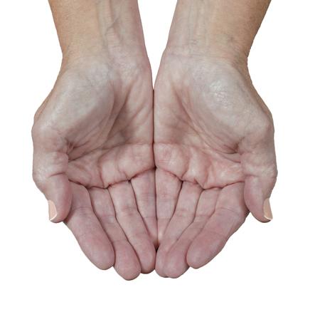 Nahaufnahme schoss von den Händen einer Frau des Älteren, die schalenförmig sind, als ob, um zu fangen, etwas zu empfangen. Weißer Hintergrund.