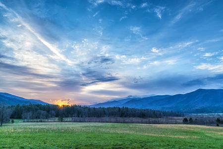 Disparo horizontal de amanecer sobre las Montañas Humeantes. Bonitos colores. Foto de archivo