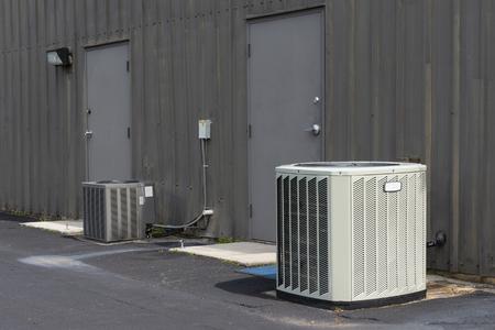 Ripresa orizzontale di condizionatori d'aria commerciali al di fuori di un vecchio complesso di uffici. Archivio Fotografico