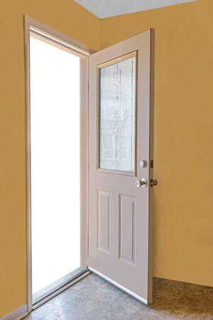 Disparo vertical de una puerta abierta que podría ir a cualquier parte. Foto de archivo