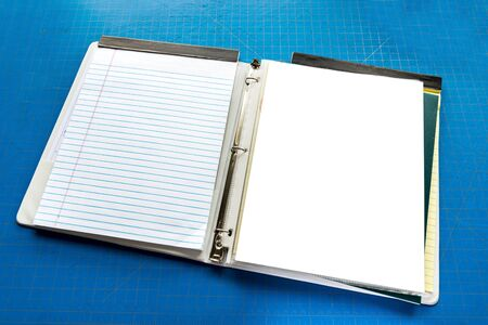 Capture horizontale d'un ordinateur portable ouvert avec espace de copie sur fond bleu de planche à découper.