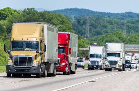 Horizontale Aufnahme des geschäftigen LKW-Verkehrs auf einer Autobahn. Standard-Bild