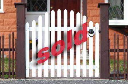 real estate sold: Las propiedades inmobiliarias vendieron en la puerta blanca del piquete. Foto de archivo