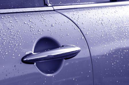 palanca: coche puerta y palanca cubiertos en gotas de lluvia