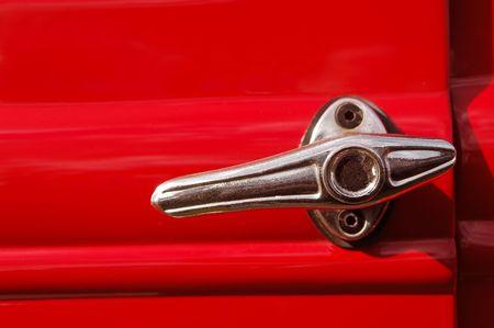 palanca: palanca de la puerta de un autom�vil rojo de �poca