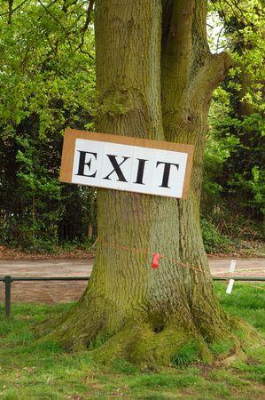 salidas de emergencia: señal de salida clavado en un gran roble