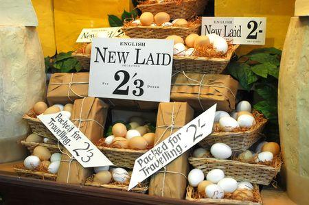 gamme de produit: english oeufs destin�s � la vente dans un vieux magasin Banque d'images