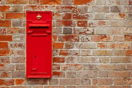 secondo la tradizione britannica casella postale contro un muro di mattoni rossi Archivio Fotografico