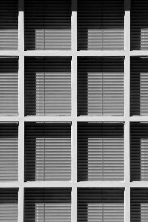 window shade: luz y sombra de persianas venecianas y marcos de las ventanas